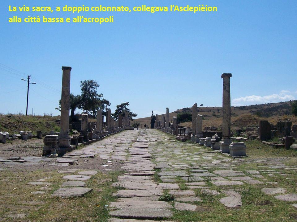 La via sacra, a doppio colonnato, collegava l'Asclepièion
