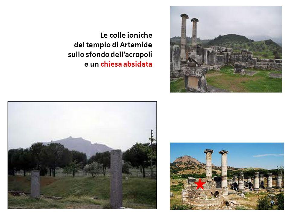 Le colle ioniche del tempio di Artemide sullo sfondo dell'acropoli e un chiesa absidata