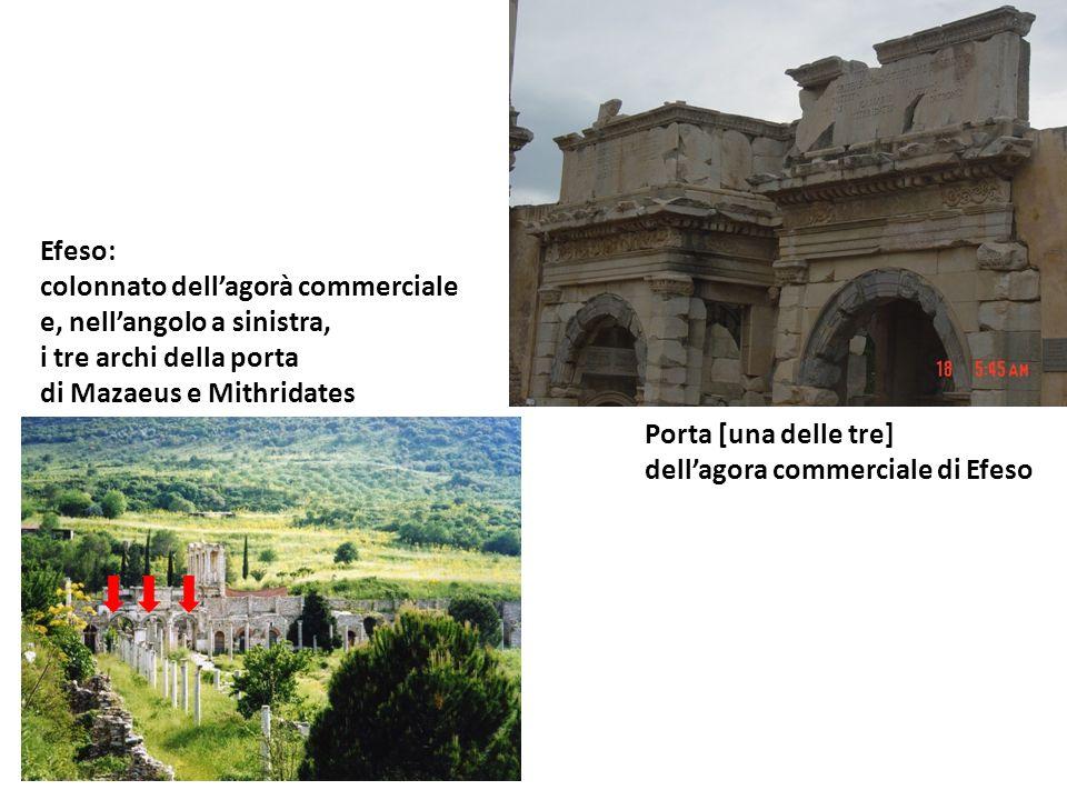 Efeso: colonnato dell'agorà commerciale. e, nell'angolo a sinistra, i tre archi della porta. di Mazaeus e Mithridates.