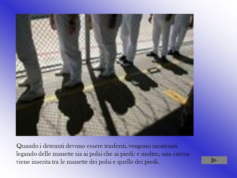 Quando i detenuti devono essere trasferiti, vengono incatenati legando delle manette sia ai polsi che ai piedi: e inoltre, una catena viene inserita tra le manette dei polsi e quelle dei piedi.
