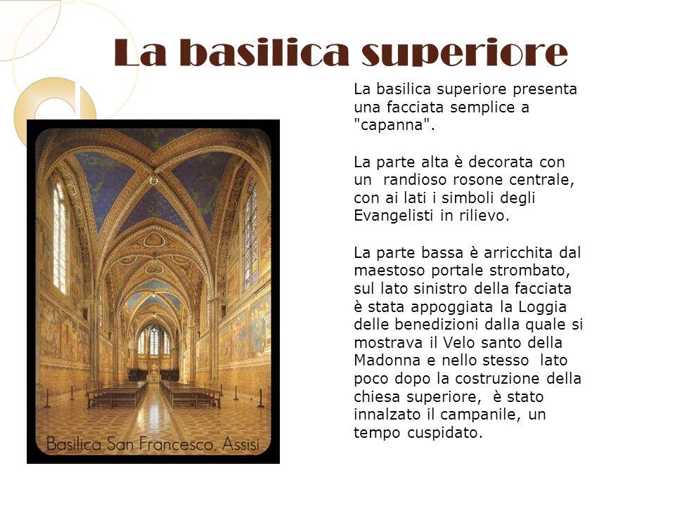 La basilica superiore La basilica superiore presenta una facciata semplice a capanna .