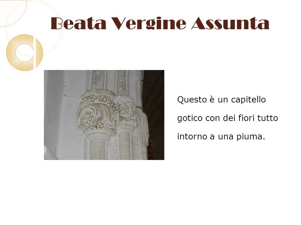 Beata Vergine Assunta Questo è un capitello gotico con dei fiori tutto