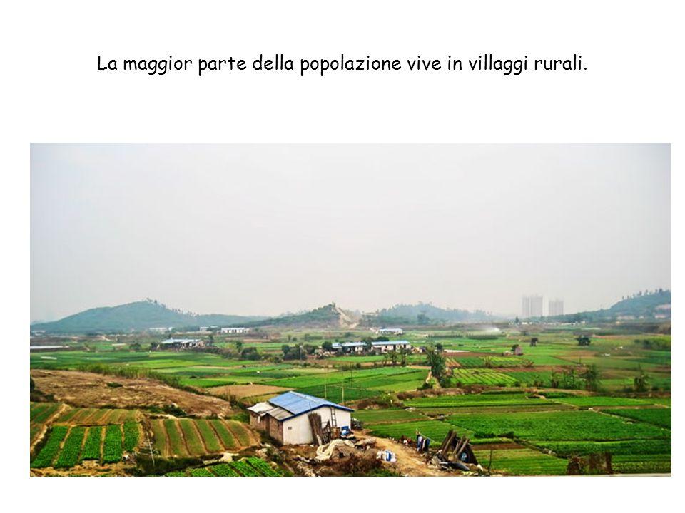 La maggior parte della popolazione vive in villaggi rurali.
