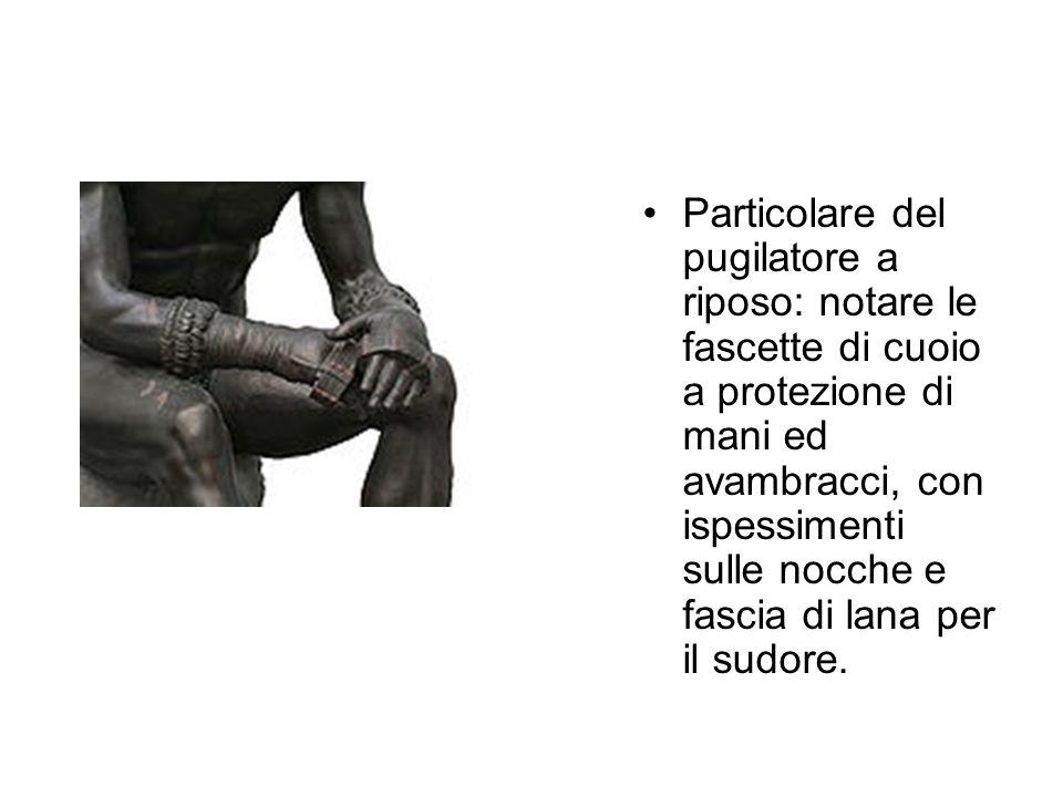 Particolare del pugilatore a riposo: notare le fascette di cuoio a protezione di mani ed avambracci, con ispessimenti sulle nocche e fascia di lana per il sudore.