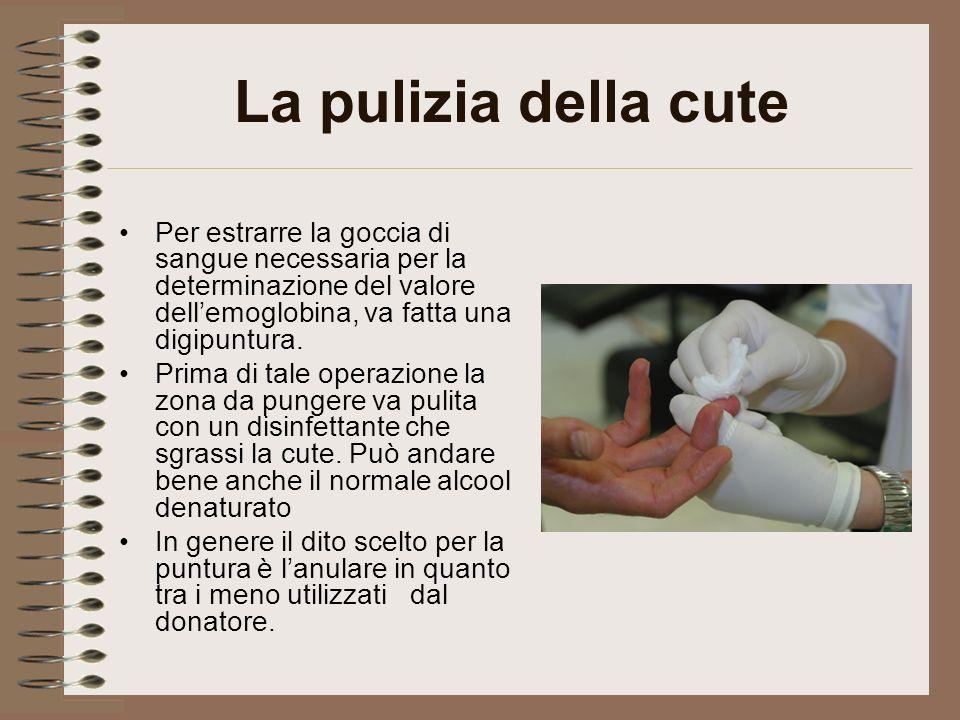 La pulizia della cute Per estrarre la goccia di sangue necessaria per la determinazione del valore dell'emoglobina, va fatta una digipuntura.
