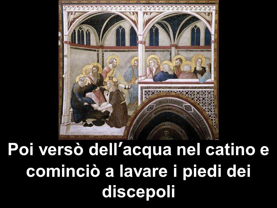 Poi versò dell'acqua nel catino e cominciò a lavare i piedi dei discepoli