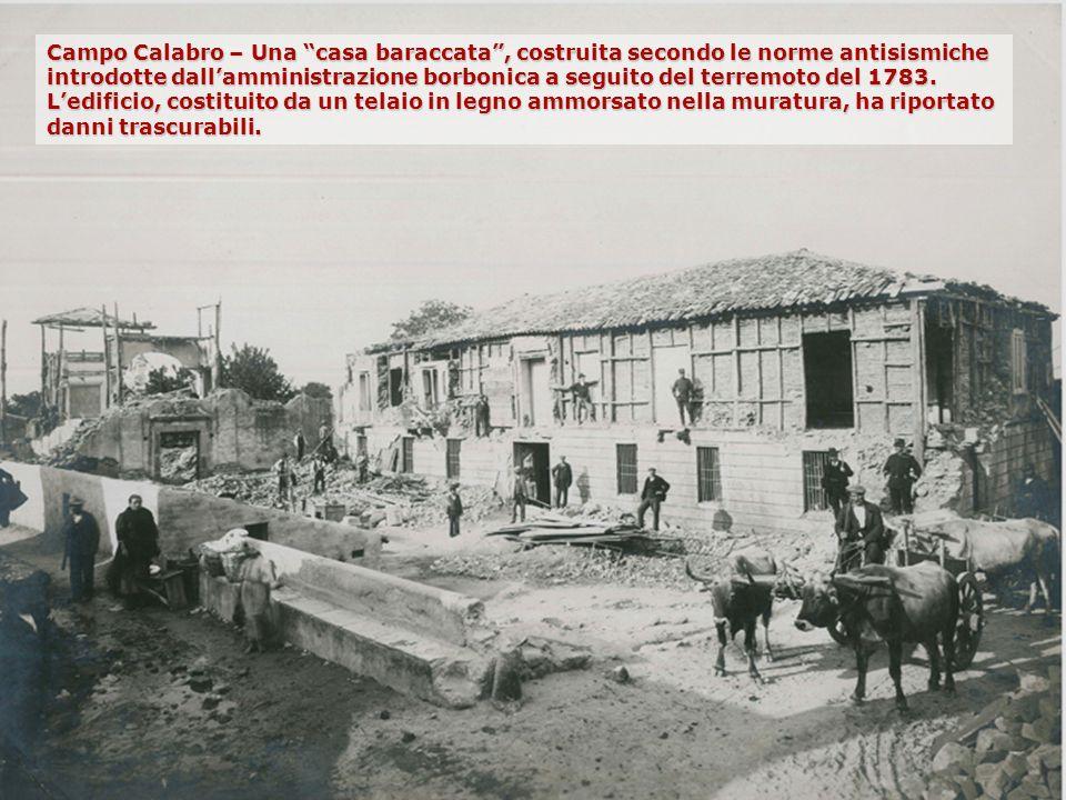Campo Calabro – Una casa baraccata , costruita secondo le norme antisismiche introdotte dall'amministrazione borbonica a seguito del terremoto del 1783. L'edificio, costituito da un telaio in legno ammorsato nella muratura, ha riportato danni trascurabili.