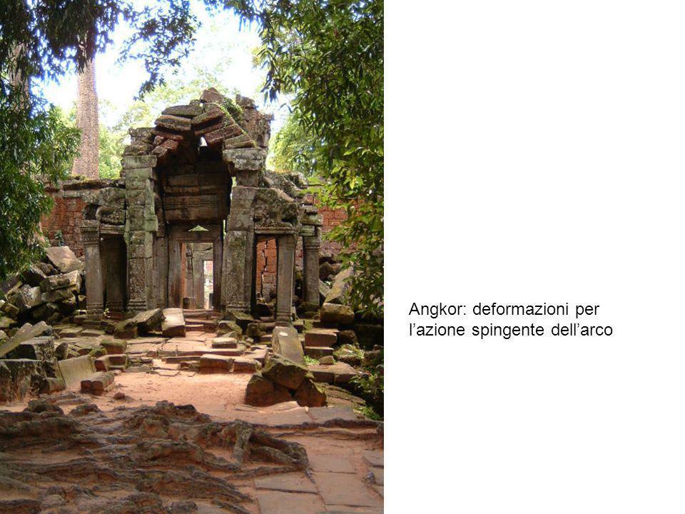 Angkor: deformazioni per l'azione spingente dell'arco