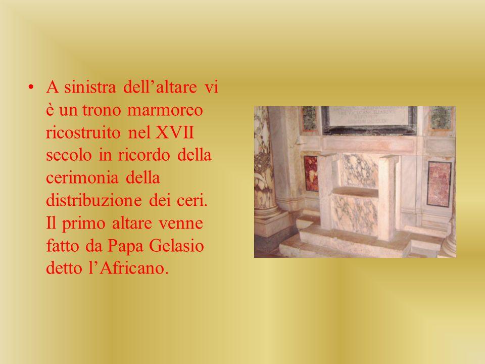 A sinistra dell'altare vi è un trono marmoreo ricostruito nel XVII secolo in ricordo della cerimonia della distribuzione dei ceri.