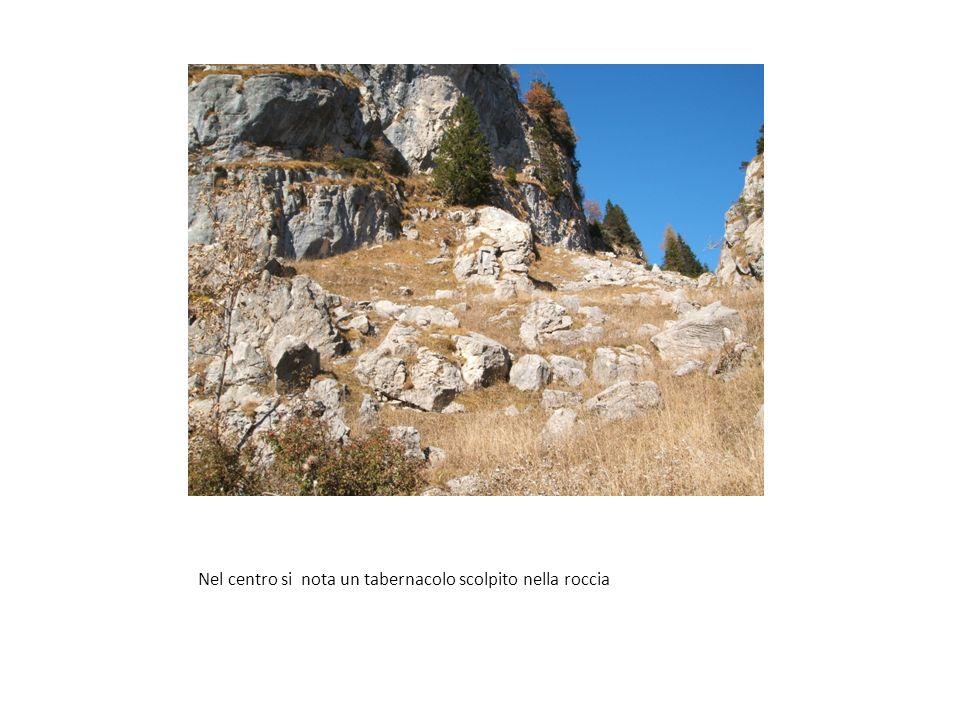 Nel centro si nota un tabernacolo scolpito nella roccia