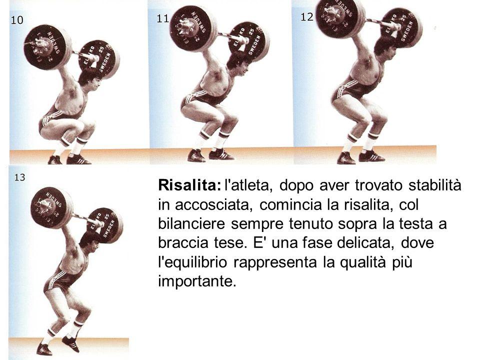 Risalita: l atleta, dopo aver trovato stabilità in accosciata, comincia la risalita, col bilanciere sempre tenuto sopra la testa a braccia tese.