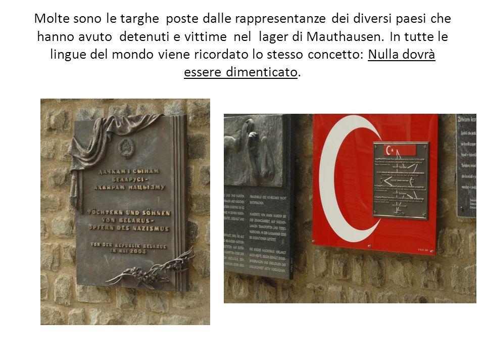Molte sono le targhe poste dalle rappresentanze dei diversi paesi che hanno avuto detenuti e vittime nel lager di Mauthausen.