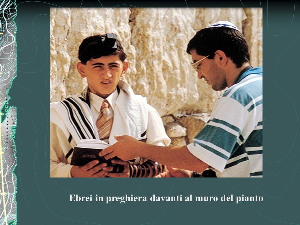 Ebrei in preghiera davanti al muro del pianto