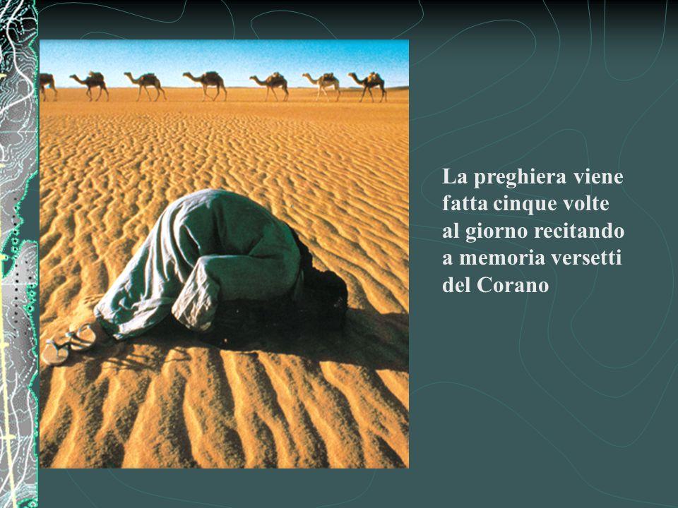 La preghiera viene fatta cinque volte al giorno recitando a memoria versetti del Corano