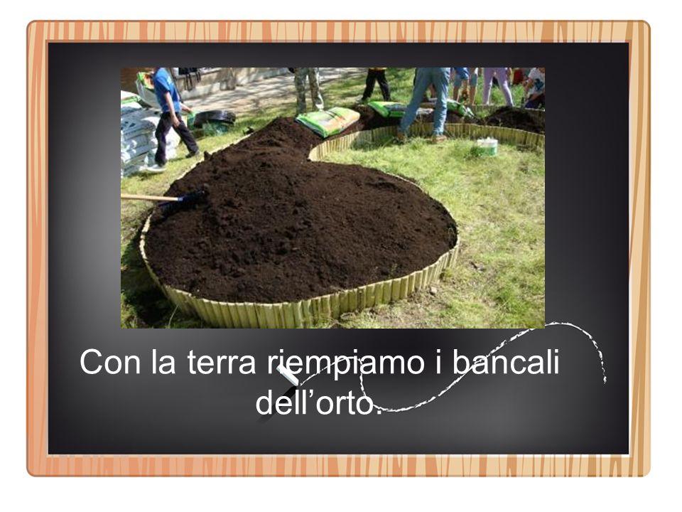 Con la terra riempiamo i bancali dell'orto.