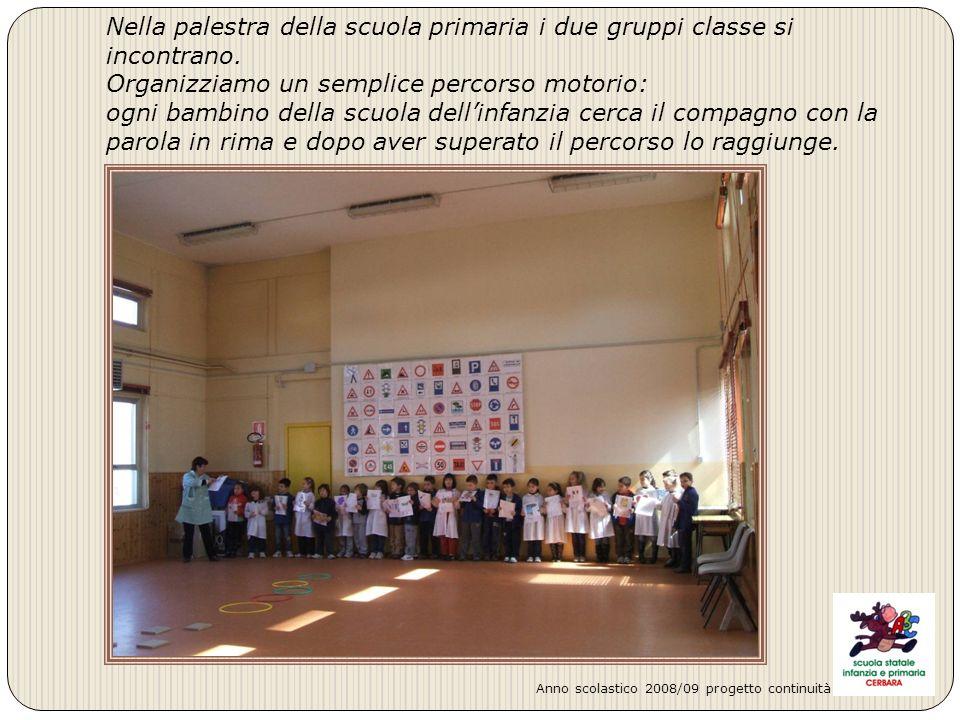 Nella palestra della scuola primaria i due gruppi classe si incontrano