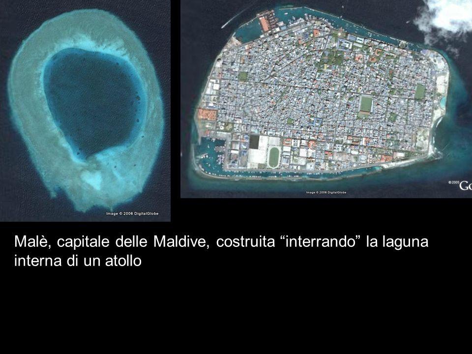Malè, capitale delle Maldive, costruita interrando la laguna interna di un atollo