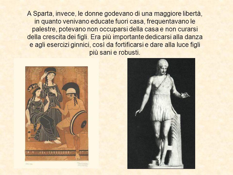 A Sparta, invece, le donne godevano di una maggiore libertà, in quanto venivano educate fuori casa, frequentavano le palestre, potevano non occuparsi della casa e non curarsi della crescita dei figli.