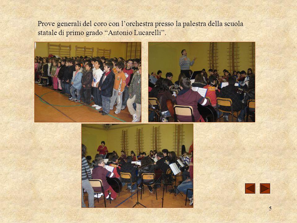 Prove generali del coro con l'orchestra presso la palestra della scuola statale di primo grado Antonio Lucarelli .