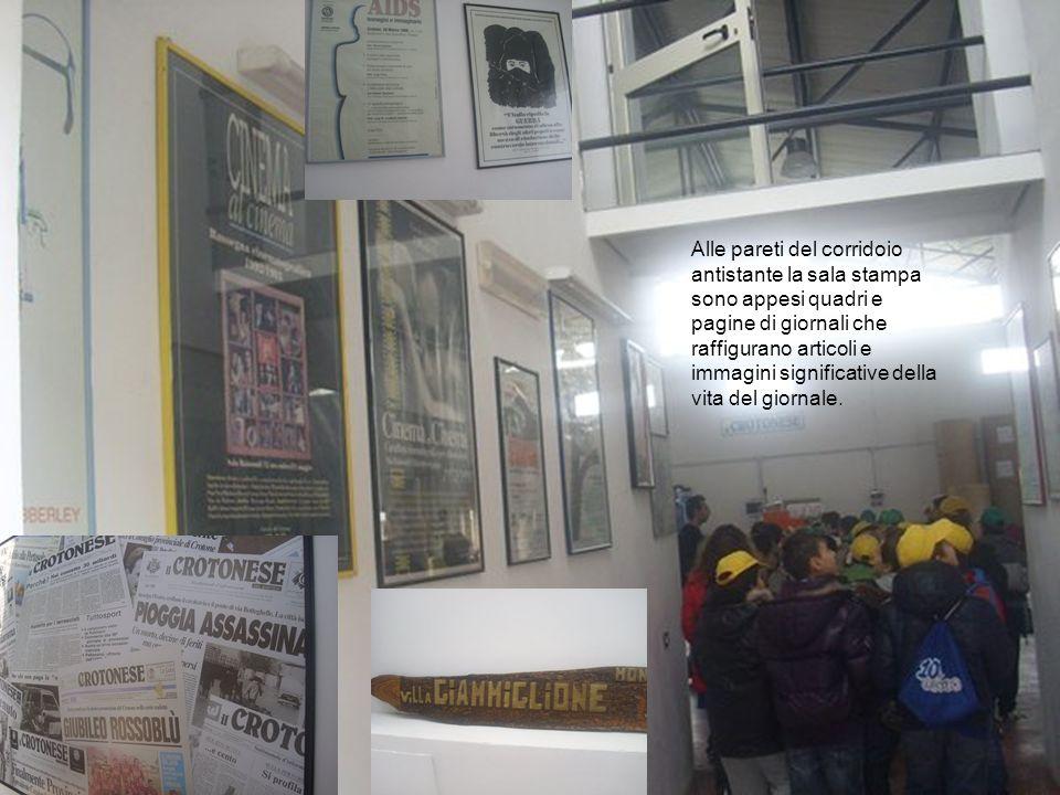 Alle pareti del corridoio antistante la sala stampa sono appesi quadri e pagine di giornali che raffigurano articoli e immagini significative della vita del giornale.