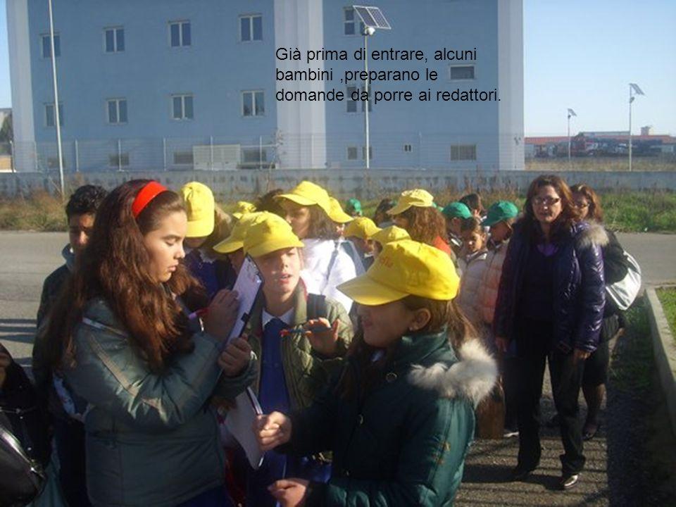 Già prima di entrare, alcuni bambini ,preparano le domande da porre ai redattori.