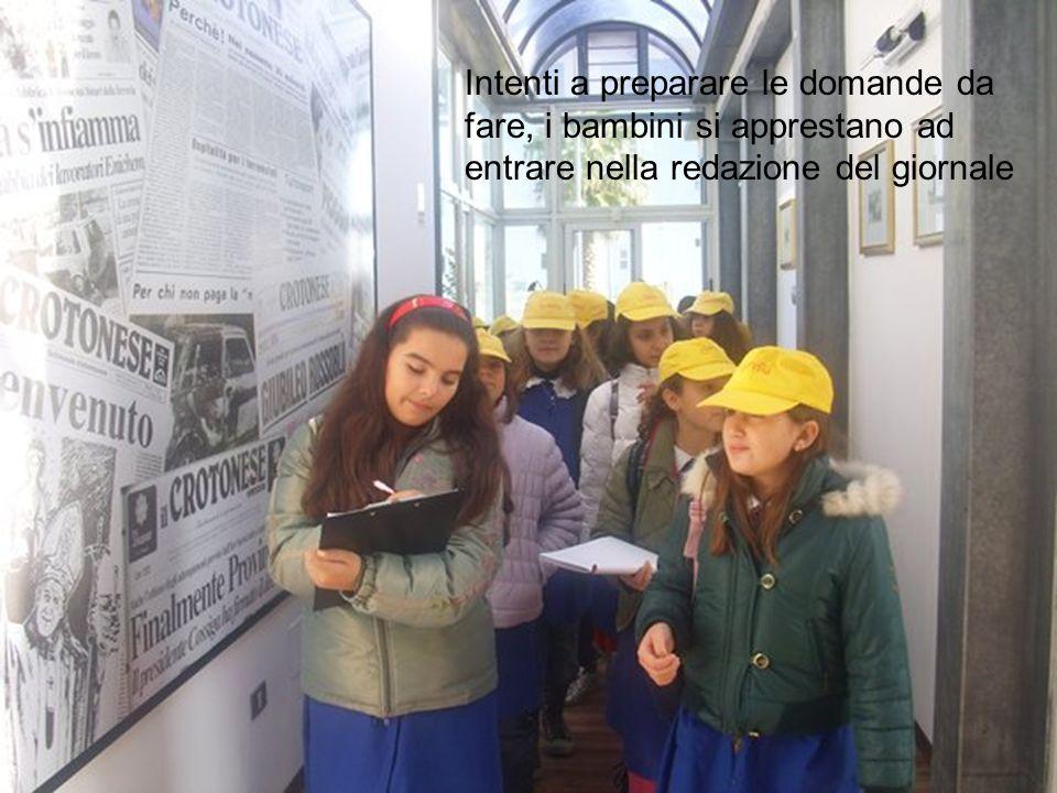Intenti a preparare le domande da fare, i bambini si apprestano ad entrare nella redazione del giornale