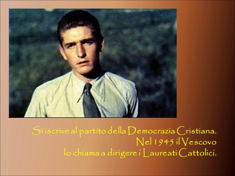 Si iscrive al partito della Democrazia Cristiana.