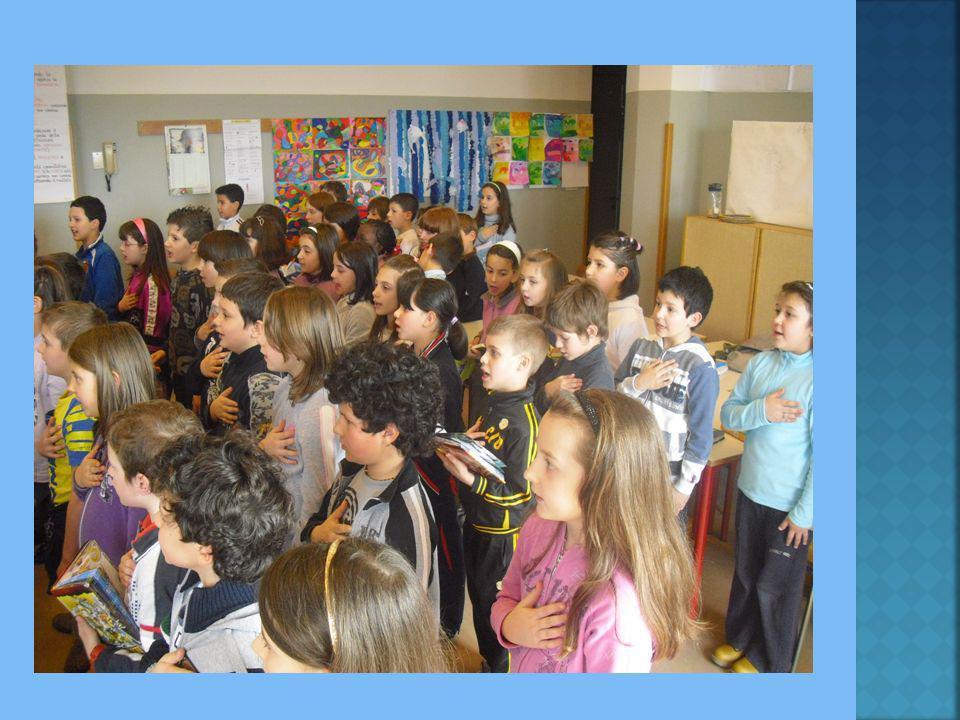 Gli alunni delle classi terze mentre provano l'Inno di Mameli.