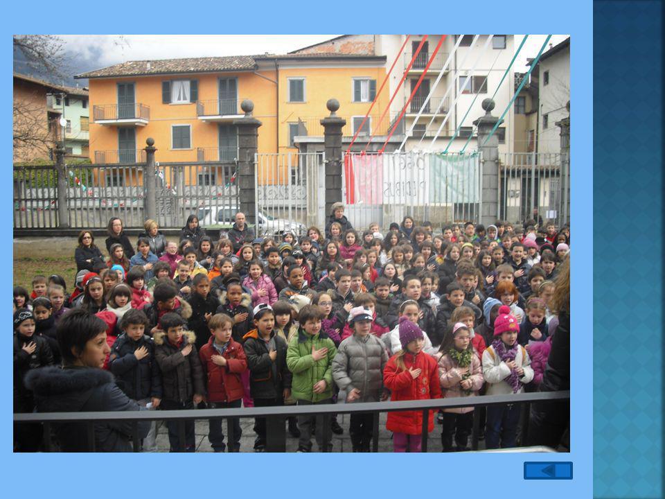 Alunni della primaria mentre cantano l'Inno Nazionale.