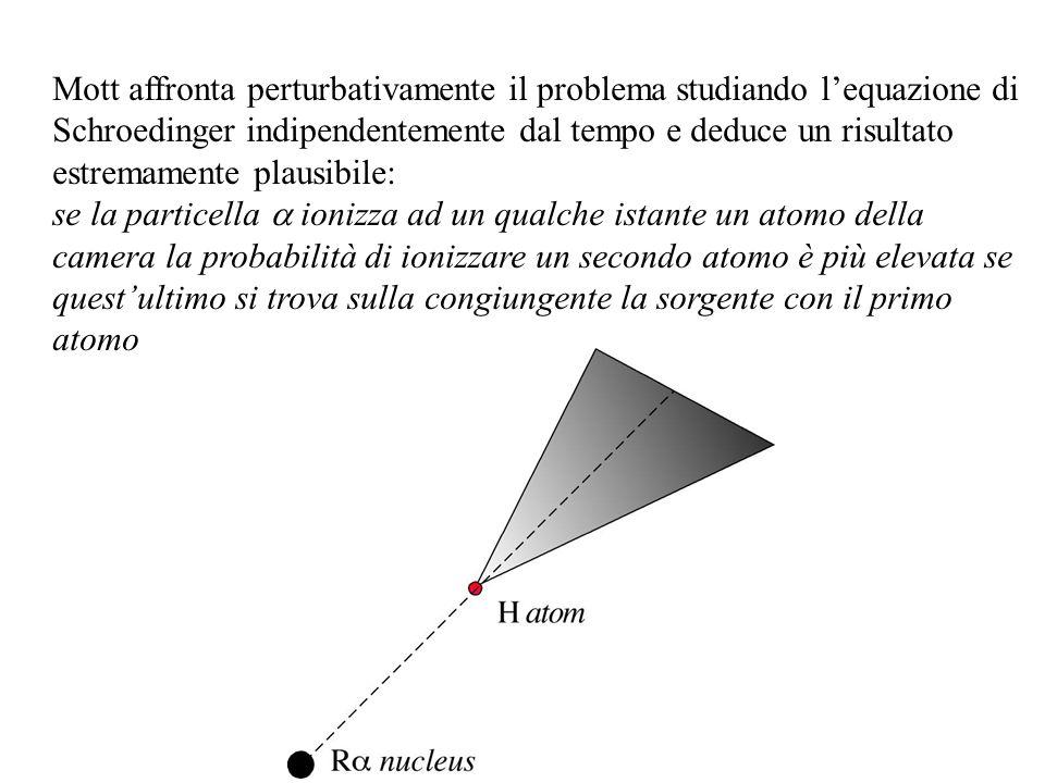 Mott affronta perturbativamente il problema studiando l'equazione di Schroedinger indipendentemente dal tempo e deduce un risultato estremamente plausibile: