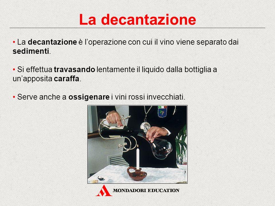 La decantazione La decantazione è l'operazione con cui il vino viene separato dai sedimenti.
