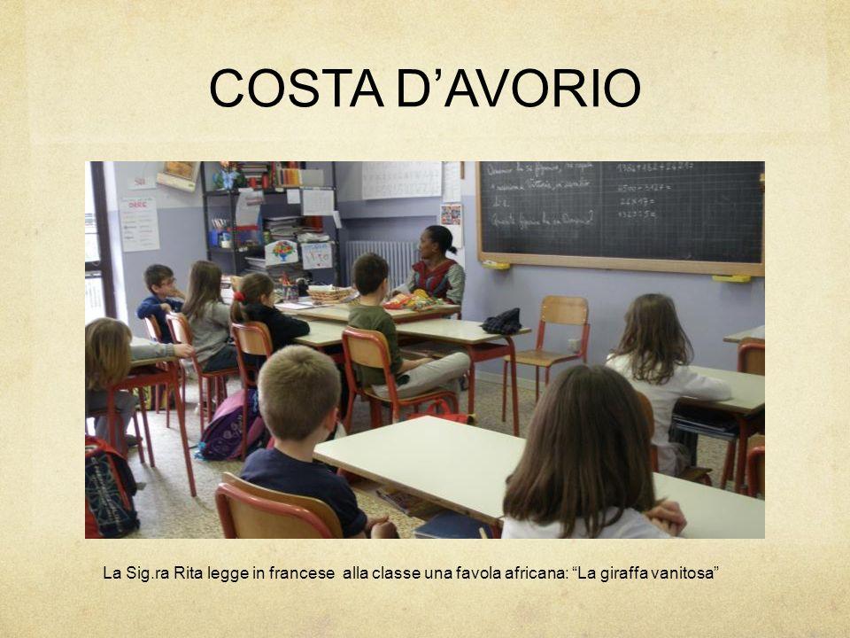 COSTA D'AVORIO La Sig.ra Rita legge in francese alla classe una favola africana: La giraffa vanitosa