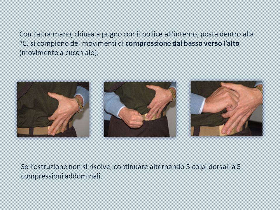 Con l'altra mano, chiusa a pugno con il pollice all'interno, posta dentro alla C, si compiono dei movimenti di compressione dal basso verso l'alto (movimento a cucchiaio).