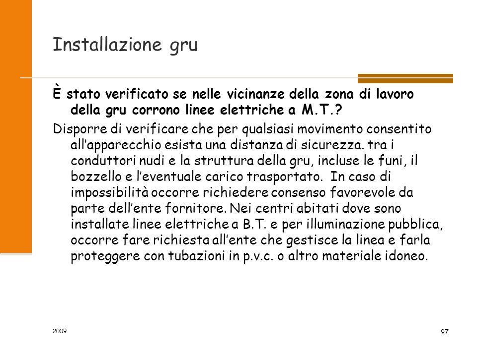 Installazione gru È stato verificato se nelle vicinanze della zona di lavoro della gru corrono linee elettriche a M.T.
