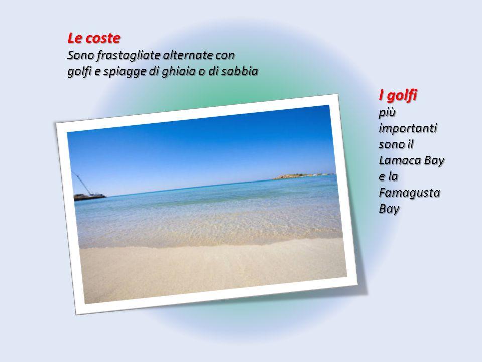 Le coste Sono frastagliate alternate con golfi e spiagge di ghiaia o di sabbia.