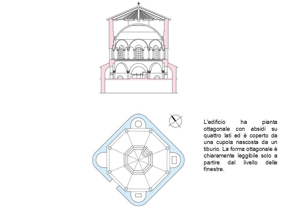 L edificio ha pianta ottagonale con absidi su quattro lati ed è coperto da una cupola nascosta da un tiburio.