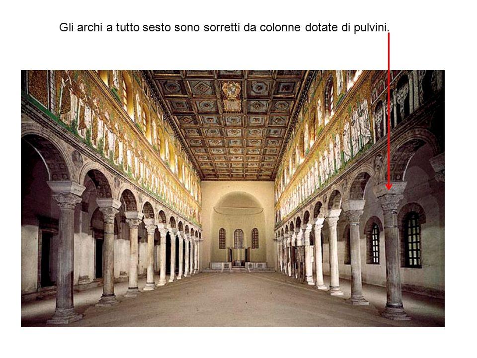 Gli archi a tutto sesto sono sorretti da colonne dotate di pulvini.