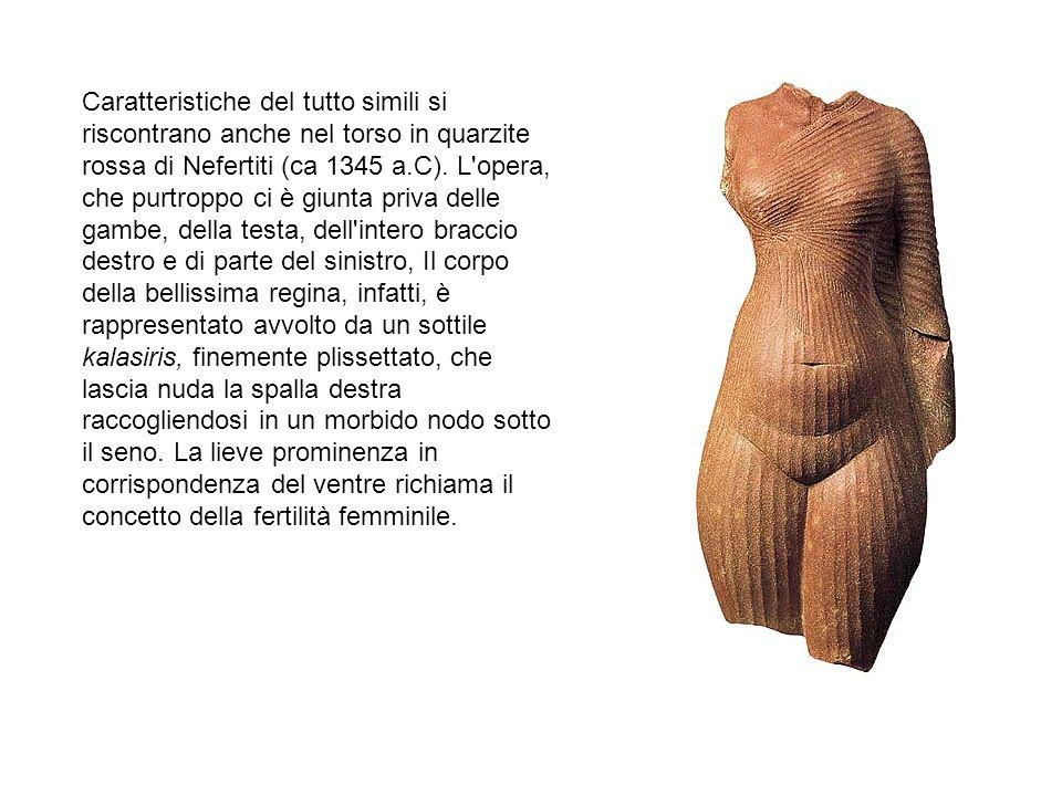Caratteristiche del tutto simili si riscontrano anche nel torso in quarzite rossa di Nefertiti (ca 1345 a.C).