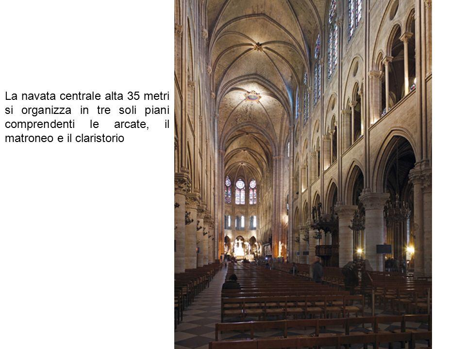 La navata centrale alta 35 metri si organizza in tre soli piani comprendenti le arcate, il matroneo e il claristorio