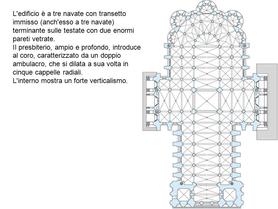 L edificio è a tre navate con transetto immisso (anch esso a tre navate) terminante sulle testate con due enormi pareti vetrate.