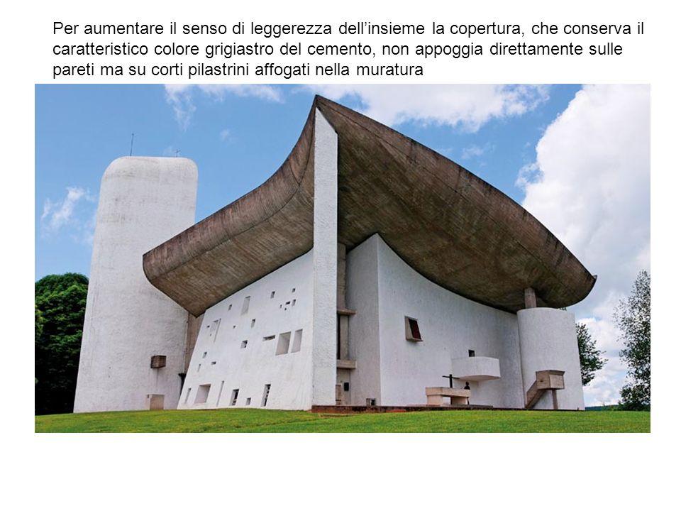 Per aumentare il senso di leggerezza dell'insieme la copertura, che conserva il caratteristico colore grigiastro del cemento, non appoggia direttamente sulle pareti ma su corti pilastrini affogati nella muratura