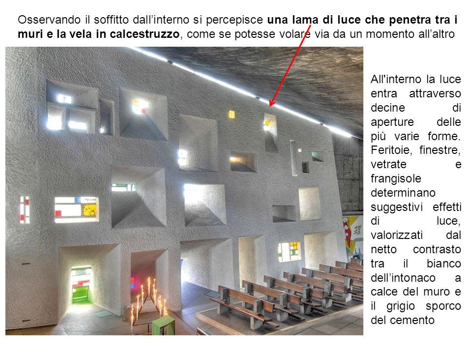 Osservando il soffitto dall'interno si percepisce una lama di luce che penetra tra i muri e la vela in calcestruzzo, come se potesse volare via da un momento all'altro