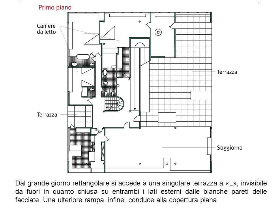 Dal grande giorno rettangolare si accede a una singolare terrazza a «L», invisibile da fuori in quanto chiusa su entrambi i lati esterni dalle bianche pareti delle facciate.