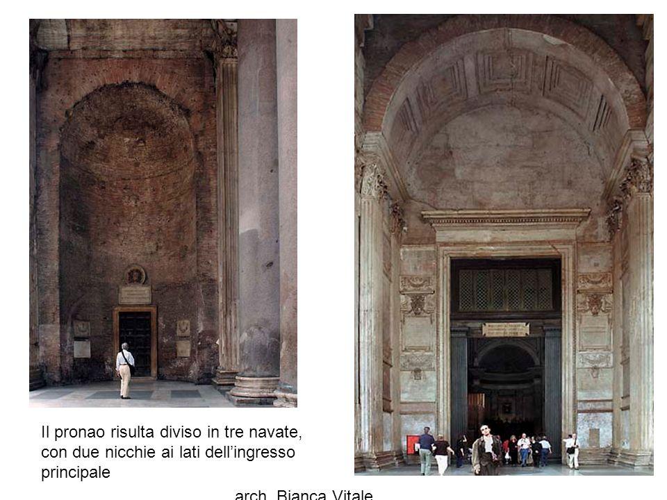 Il pronao risulta diviso in tre navate, con due nicchie ai lati dell'ingresso principale