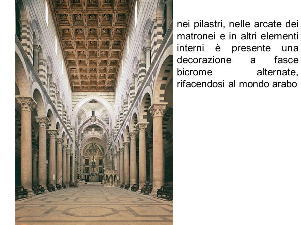 nei pilastri, nelle arcate dei matronei e in altri elementi interni è presente una decorazione a fasce bicrome alternate, rifacendosi al mondo arabo