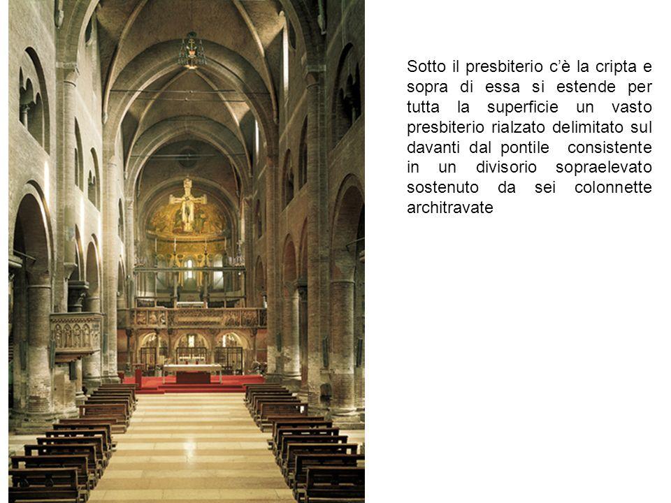 Sotto il presbiterio c'è la cripta e sopra di essa si estende per tutta la superficie un vasto presbiterio rialzato delimitato sul davanti dal pontile consistente in un divisorio sopraelevato sostenuto da sei colonnette architravate