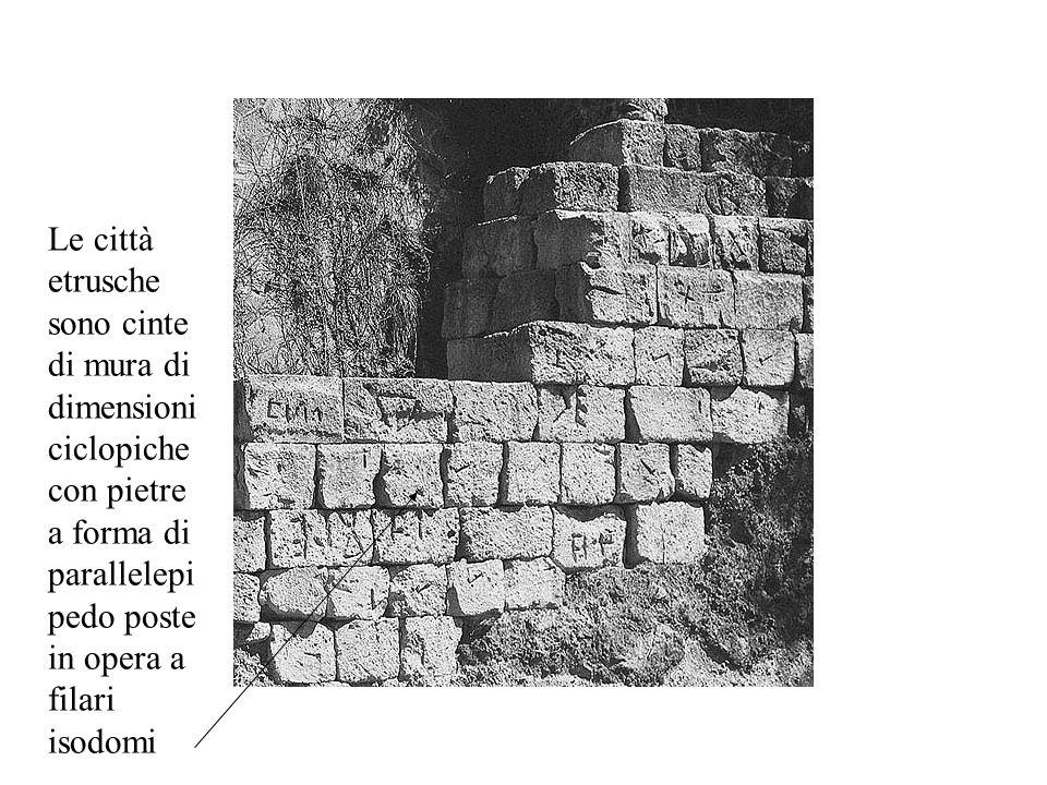 Le città etrusche sono cinte di mura di dimensioni ciclopiche con pietre a forma di parallelepipedo poste in opera a filari isodomi