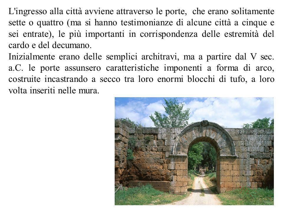 L ingresso alla città avviene attraverso le porte, che erano solitamente sette o quattro (ma si hanno testimonianze di alcune città a cinque e sei entrate), le più importanti in corrispondenza delle estremità del cardo e del decumano.