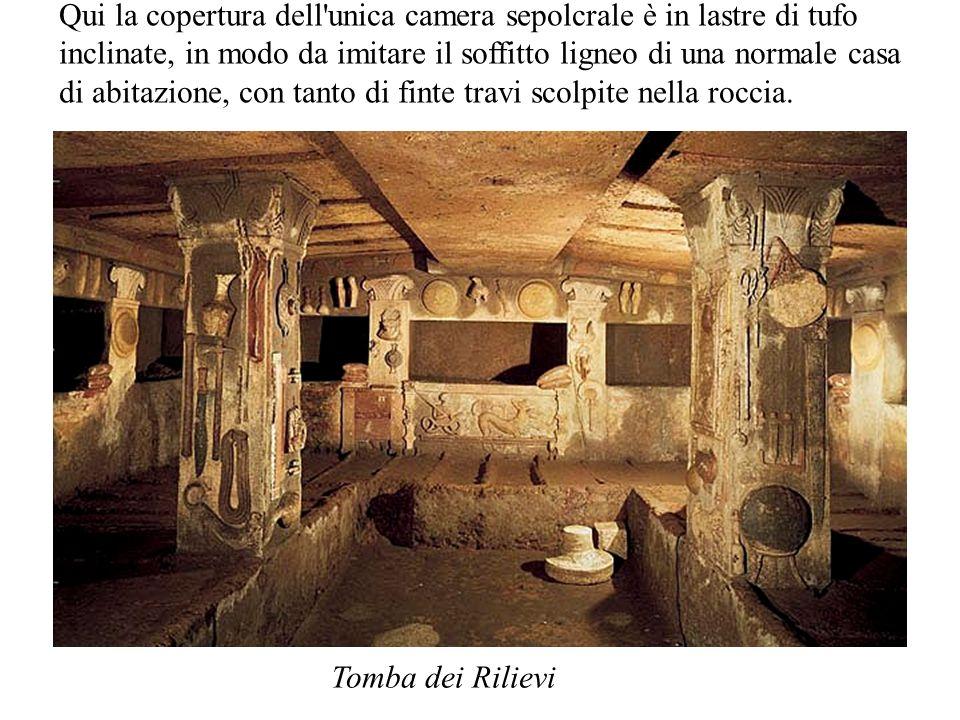 Qui la copertura dell unica camera sepolcrale è in lastre di tufo inclinate, in modo da imitare il soffitto ligneo di una normale casa di abitazione, con tanto di finte travi scolpite nella roccia.