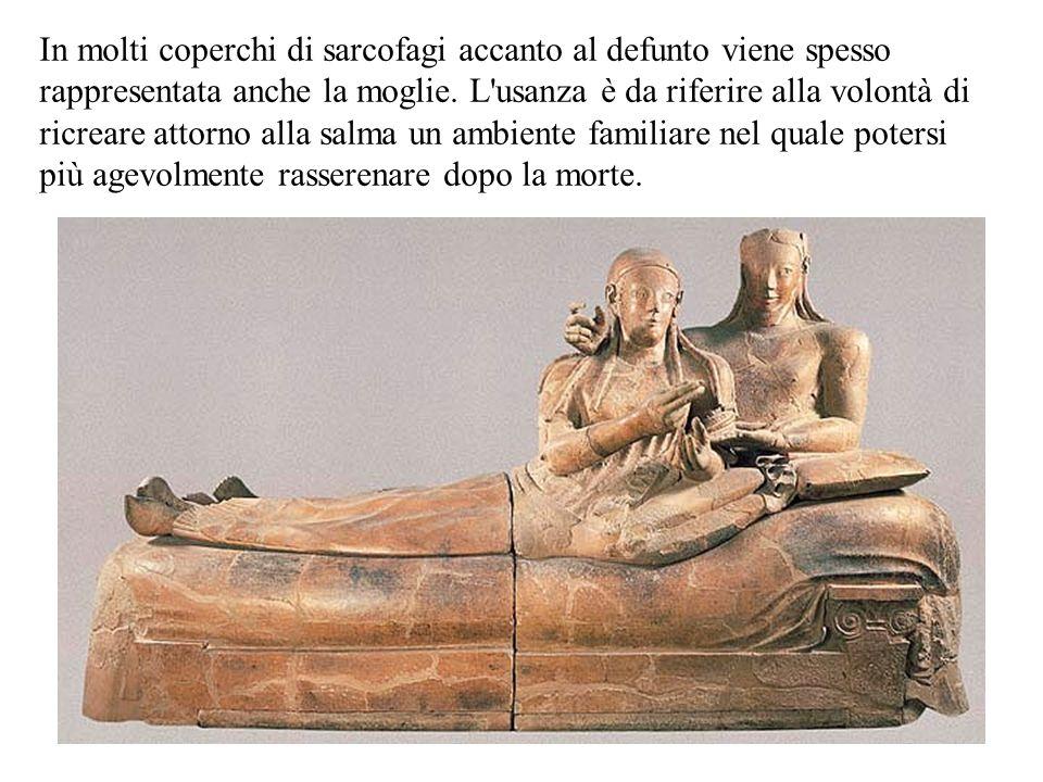 In molti coperchi di sarcofagi accanto al defunto viene spesso rappresentata anche la moglie.